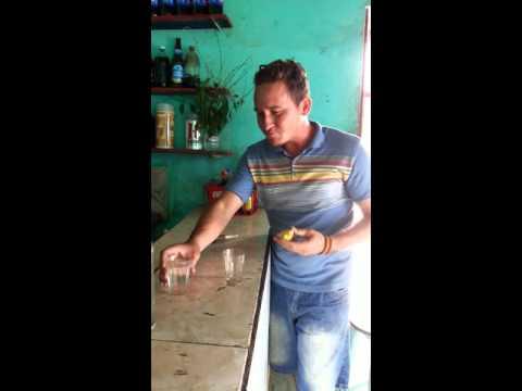 Galego de Sobral virando dois copos cheio de Pitu