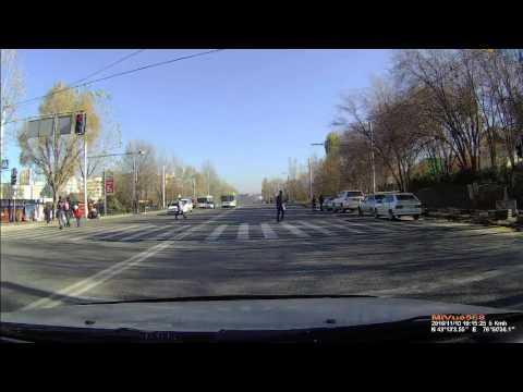 """Два автобуса """"байговали"""" по Абая. Проехали на красный свет светофора"""