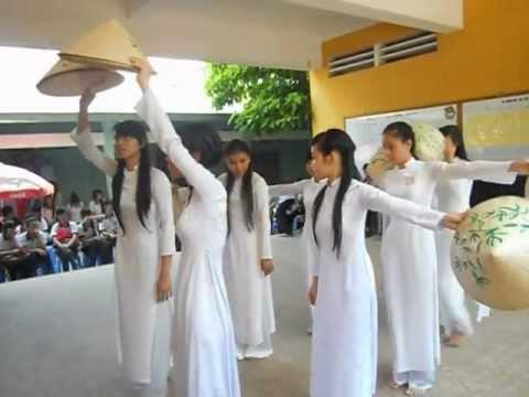 """Múa nón lá """"Hồn quê"""" [B1]"""