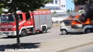 Auto in fiamme nel parcheggio del tribunale - L'intervento dei vigili del fuoco