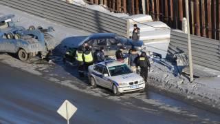 Извлечение автомобиля улетевшего в котлован строящегося метро в Омске
