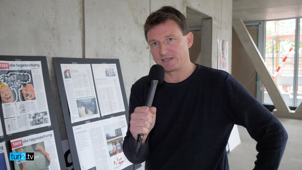 """Chefredakteur Georg Löwisch zeigt die neue """"taz"""""""