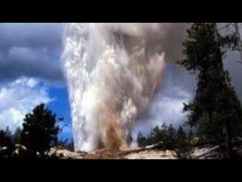 El Geyser Steamboat ubicado en el Parque Yellowstone hace erupción