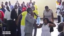 Au Zimbabwe, un pasteur appelle Dieu au téléphone