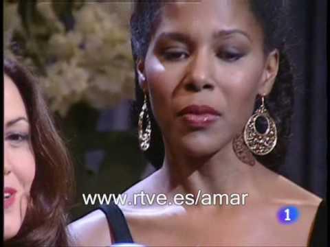 """Amar en tiempos revueltos - Cora y Celia cantan """"No te pido"""""""