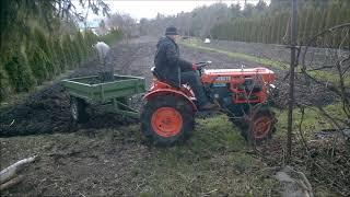 Ciągniczek ogrodniczy Kubota B7001 z przyczepką.