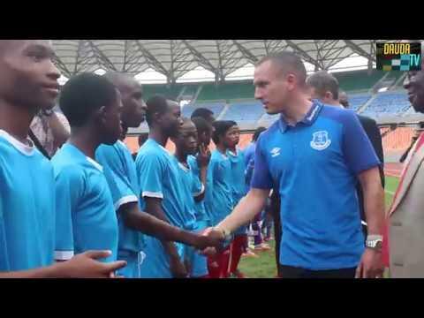 Leon Osman wa Everton alivyowasili nchini kuthibitisha safari yao Mwezi Ujao