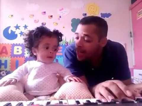 Bebê cantando com o pai .louvor
