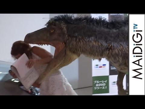 """衝撃映像?LiLiCoが""""恐竜""""に襲われる!琴奨菊が琴バウワーで… BD&DVD「ジュラシック・ワールド」リリース記念イベント1"""