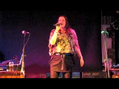 "Emma Slowe sings ""Perfect"" and wins 500 Euro in Karaoke competition"