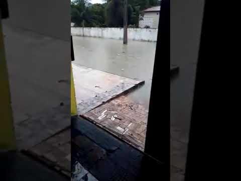 Com lagoa de captação cheia de lixo, água invade academia e deixa moradores ilhados em Natal