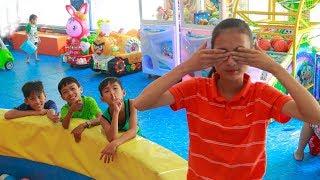 Anak-anak bermain petak umpet di taman bermain indoor | Mainan dan lagu anak-anak