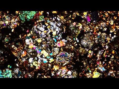 шлиф метеорита под микроскопом в поляризованном свете