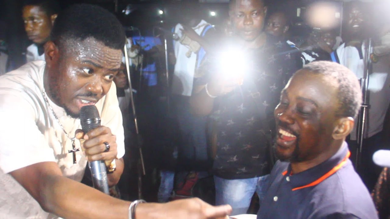 Download SEE HOW WASIU ALABI PASUMA SPRAY THE TALENTED MUSICIAN THAT SING HIS NEW ALBUM MMM ON STAGE