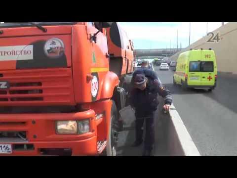 В Казани водитель «Лады» на полном ходу въехал в уборочную машину «КамАЗ»