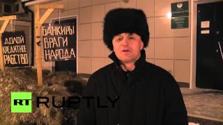 Russia: Farmer dumps tonnes of manure in front of Sberbank