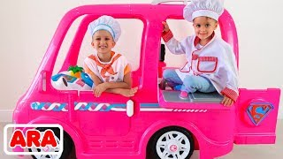 فلاد ونيكيتا يلعبون مطعمًا ويقدمون أطباق اللعب