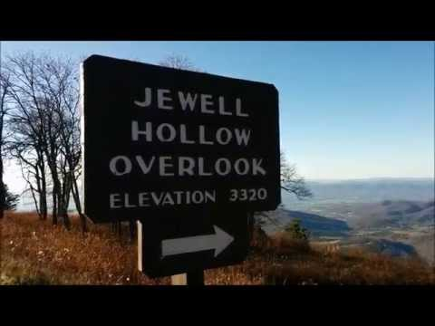 View from Jewell Hollow Overlook on Skyline Drive in Shenandoah National Park (Virginia, USA)