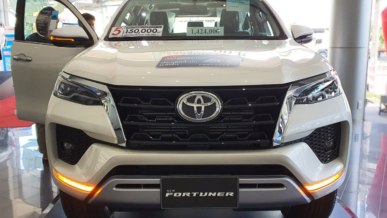Toyota Fortuner mới 2.4V màu trắng