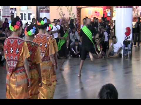 Tarian Sulawesi Selatan (Dance) - Makassar - South Sulawesi - Indonesia Travel Guide (Tourism)