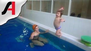 Дети плавают в бассейне. Занятия в бассейне для детей от 1 года. Плавание в детском бассейне.(Несколько раз удалось снять видео, где маленькие дети купаются в бассейне, в их числе и наш Шурупчик. Ей..., 2016-02-12T15:30:01.000Z)