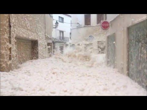 """""""Schaum-Überschwemmung"""" In Spaniens Straßen"""