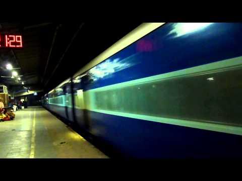 Twin-Tone honking WAP7 Shan-E-Bhopal Express Gallops FDB at 110KMPH!!