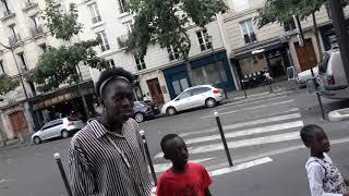 Typowa afrykańska rodzinka przechadza się ulicami Paryża