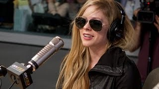 "Video Avril Lavigne Debuts ""Here's To Never Growing Up"" PART 1 