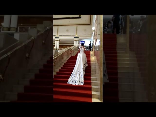 H Hen Niê khó leo cầu thang vì váy quá dài