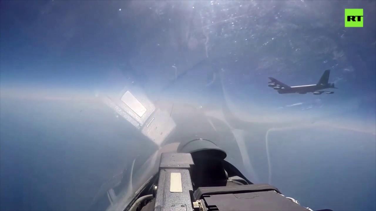 Видео перехвата бомбардировщика ВВС США В-52Н российским Су-27