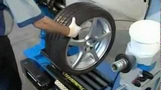 Бесконтактный шиномонтаж - установка покрышки(Компания koleca.ru приглашает вас воспользоваться нашими профессональными услугами шиномонтажа. В нашем арсен..., 2011-12-30T14:14:51.000Z)