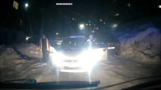 «Убирай машину, тебе сказали!»  видео инцидента с участием скорой помощи thumbnail