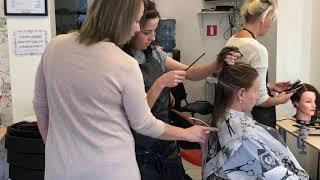 Apmācība frizieru kursos. Обучение на курсах парикмахеров.