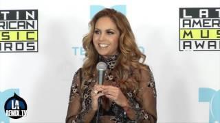 Lucero Presenta la Estatuilla De los Latin American Music Awards