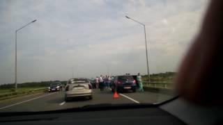 Свадебный кортеж попал в аварию на Муромском мосту.
