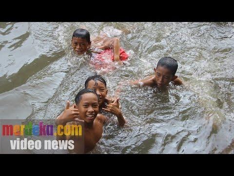 Keren, kali di Jakarta sekarang bisa dipakai berenang
