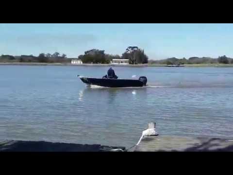 Lancha DM Náutica navegando no Canal São Gonçalo, em Pelotas/RS