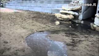 Fogna sulla spiaggia a Crotone