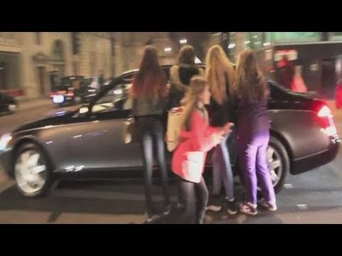 Justin Bieber's Car ATTACKED by Female Fans