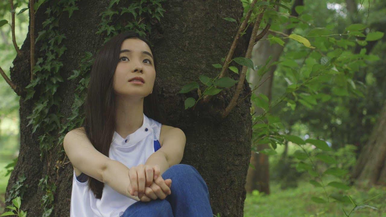木に寄りかかって座る福地桃子