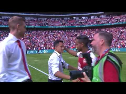 Alexis Sanchez congratulates his team mates & Arsenal fans after Chelsea victory