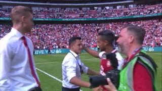Alexis sanchez congratulates his team mates & arsenal fans after chelsea victory