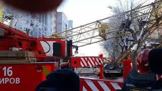 В Киров на улице Мопра упал башенный кран. Крановщика достают сотрудники МЧС