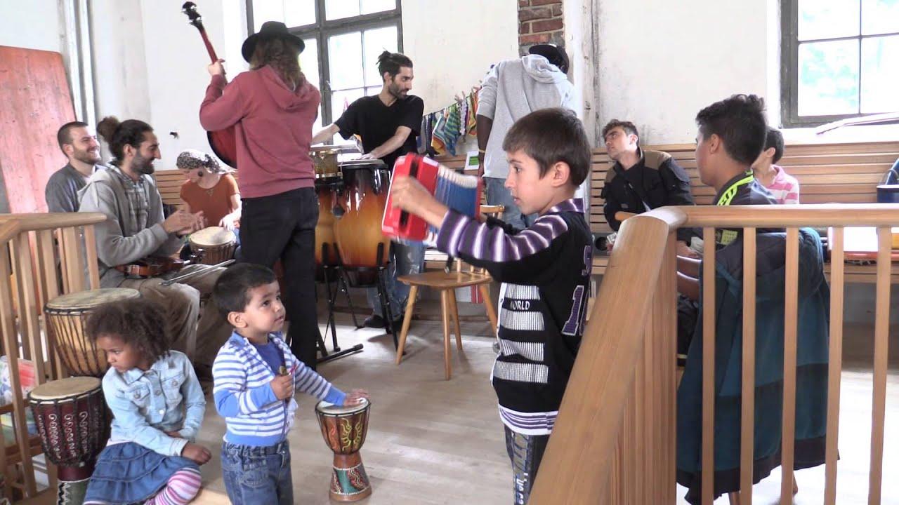 Tür an tür  fayamonkey refugee jam session im Café Tür an Tür - YouTube