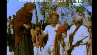 Illiterate Sunil Dutt tries to read book - Mother India