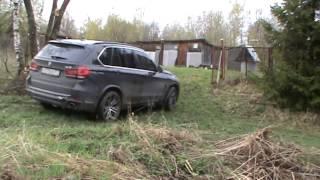 BMW X5 по мокрой траве (off road)