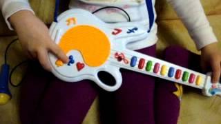 Видео обзор детская игрушка - Гитара с микрофоном на батарейках (kidtoy.in.ua)(Гитара, микрофон, музыка, свет, на батарейке, в коробке Длина: 29.0 см. Заказать: https://vk.com/photo-47667519_307005173 Интернет..., 2014-12-11T20:29:11.000Z)