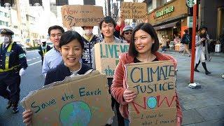 地球温暖化対策の強化求めて若者がデモ