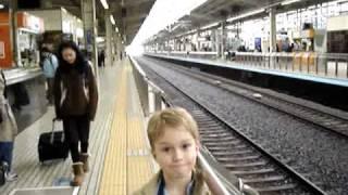 Familien kigger på Shinkansen tog på Kyoto banegård thumbnail